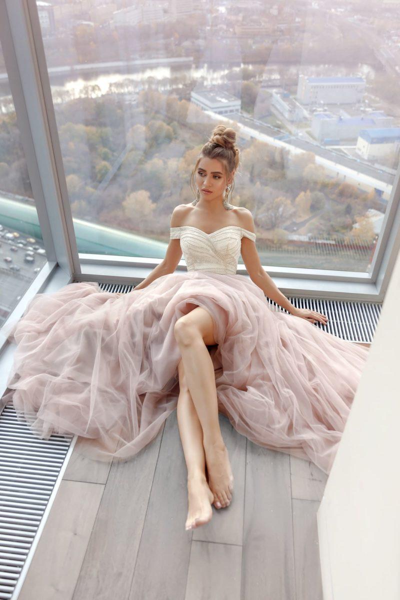 Пышное вечернее платье с длинной юбкой