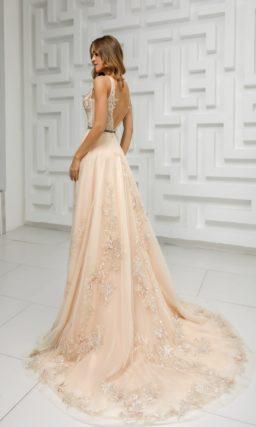 Длинное приталенное вечернее платье с расклешенной юбкой