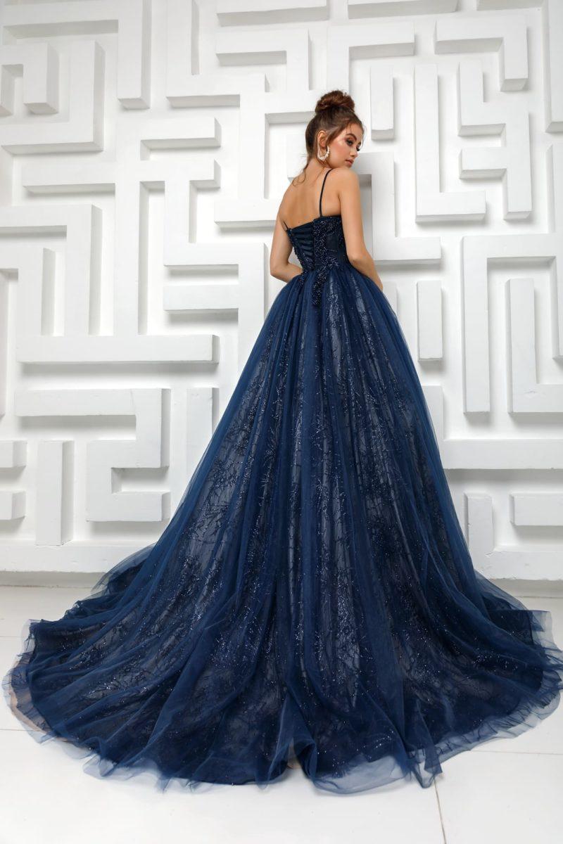 Длинное вечернее платье с пышной юбкой