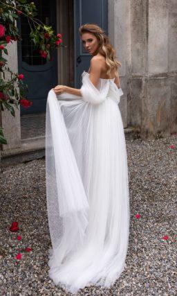 Белое воздушное свадебное платье с пышной юбкой