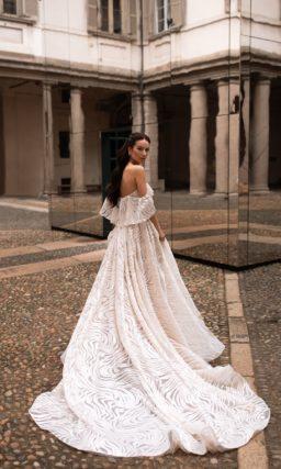 Приталенное свадебное платье оттенка айвори