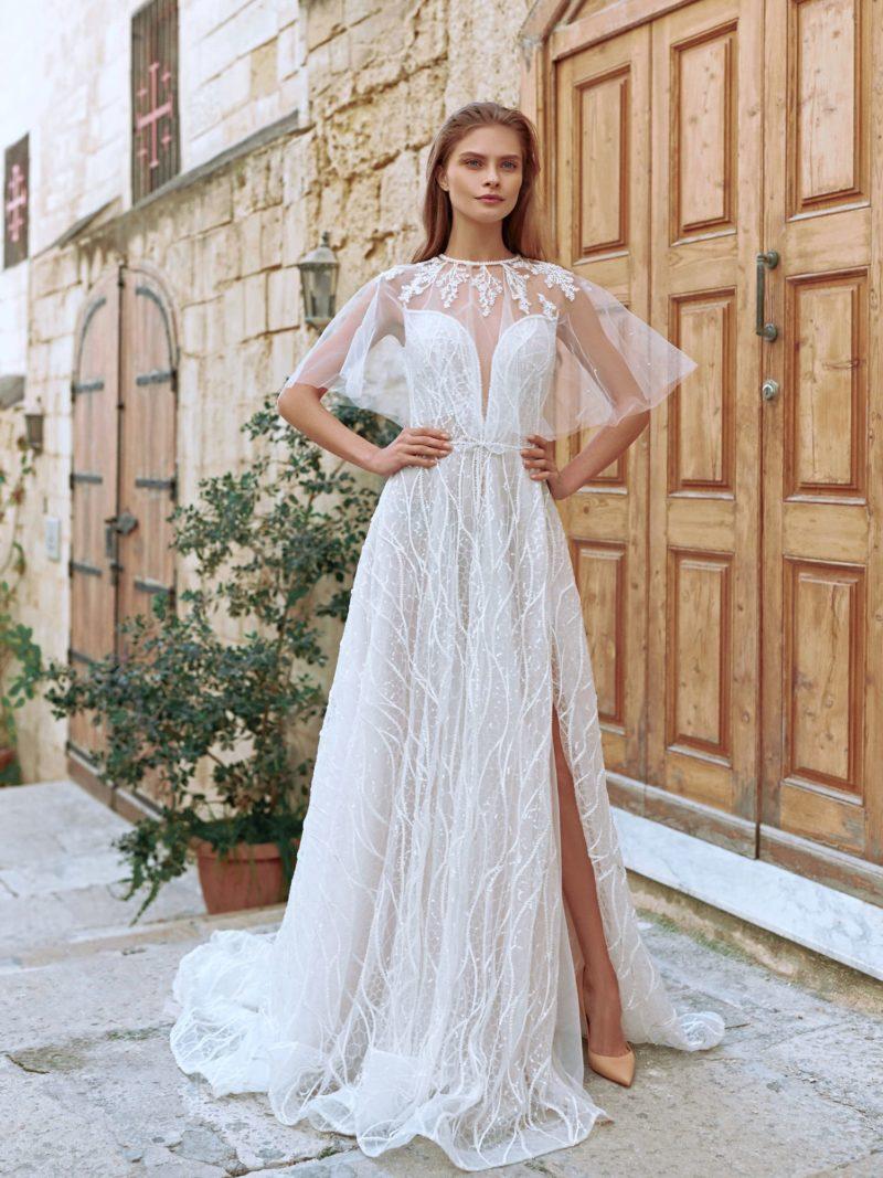 Полупрозрачное приталенное свадебное платье цвета айвори