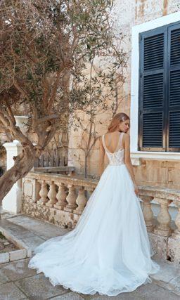 Изысканное свадебное платье с пышной юбкой