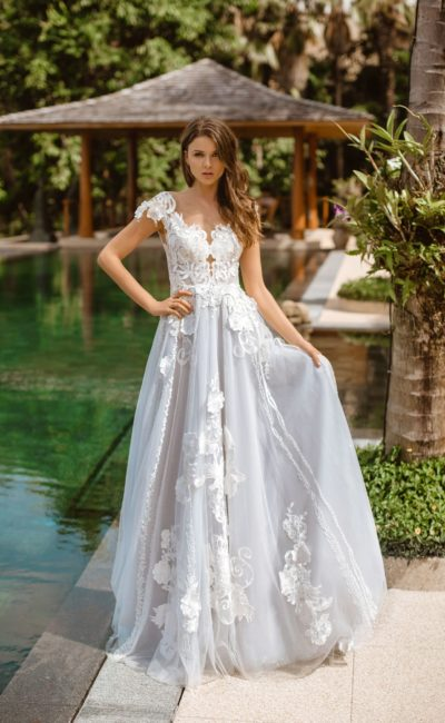 свадебное платье с голубой пышной юбкой