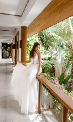 Минималистичное свадебное платье со сдержанным декором