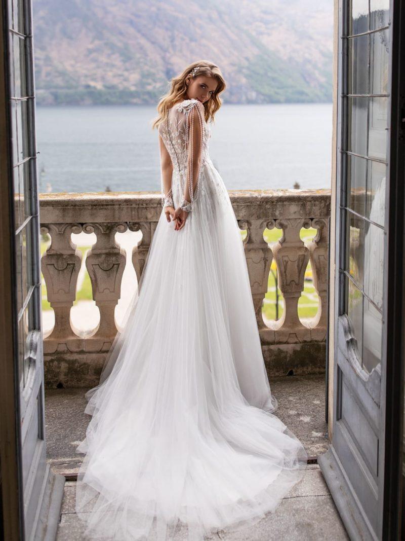 Свадебное платье с легкой пышной юбкой