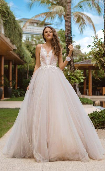 Пышное розовое свадебное платье