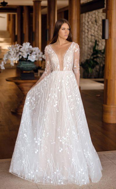Красивое платье из кружевной ткани