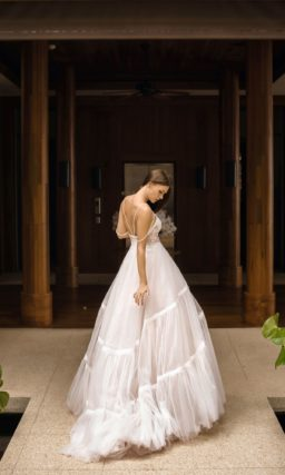 Оригинальное свадебное платье с пышной юбкой