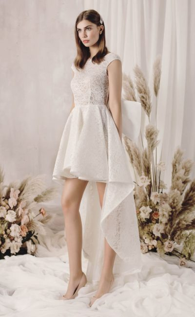 Короткое платье с небольшим шлейфом