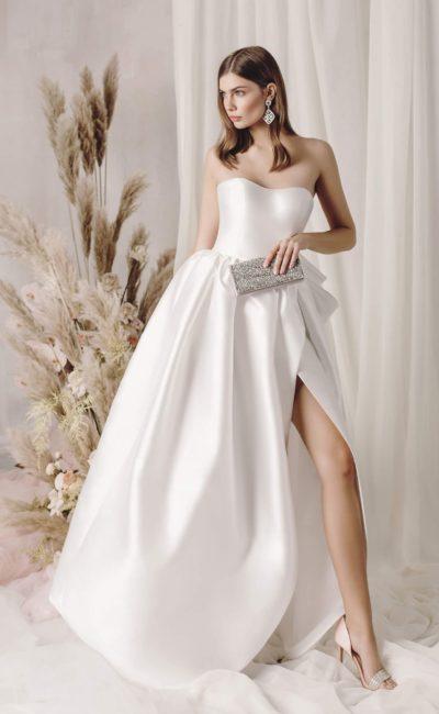 Пышное современное атласное платье с разрезом