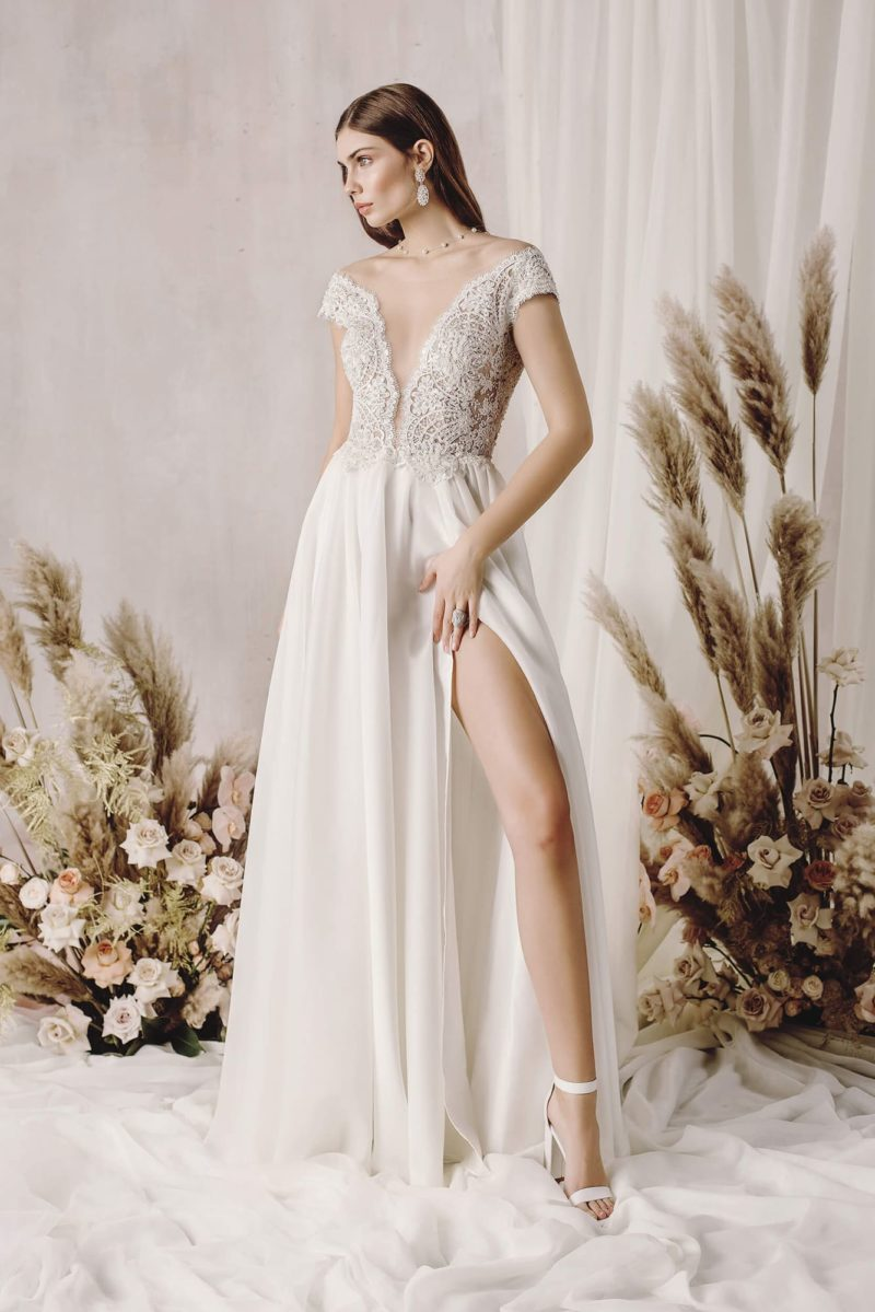 Свадебное платье оттенка айвори с приталенным силуэтом