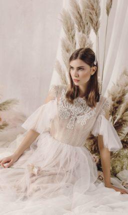 свадебное платье пудрового оттенка с пышной юбкой