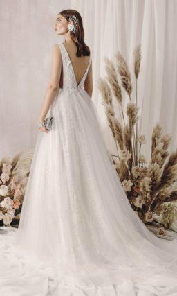 Свадебное платье цвета слоновой кости с пышной юбкой