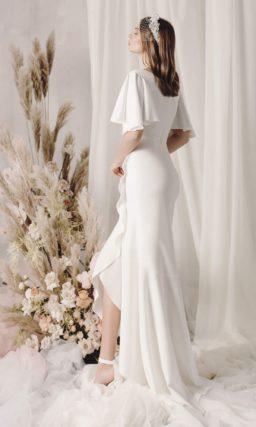 Асимметричное свадебное платье из белоснежного атласа
