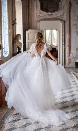 Нежное свадебное платье с легкой юбкой