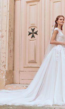 Свадебное платье классического кроя с пышной юбкой