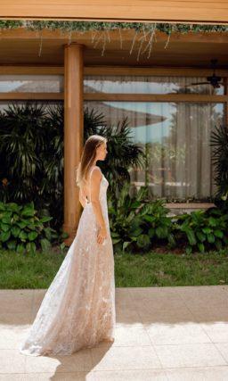 Свадебное платье прямого кроя с небольшим шлейфом