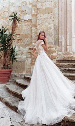 Свадебное платье силуэта «принцесса» с длинным шлейфом