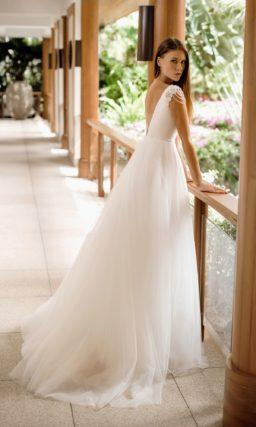 Элегантное свадебное платье с пышной юбкой