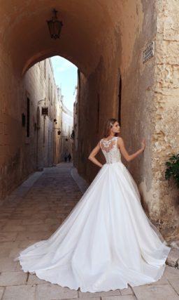 Свадебное платье с кружевным корсетом и пышной юбкой