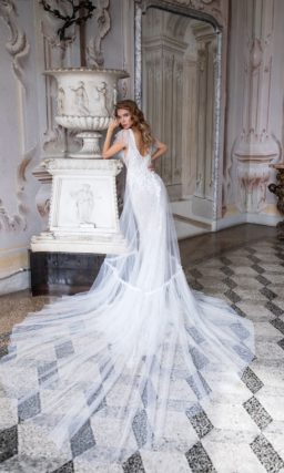 Приталенное свадебное платье с длинным шлейфом