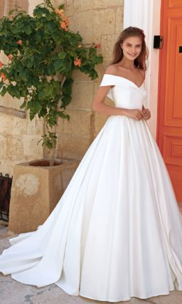 Пышное свадебное платье из атласа цвета айвори