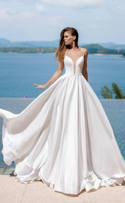 свадебное платье со шлейфом из белого атласа