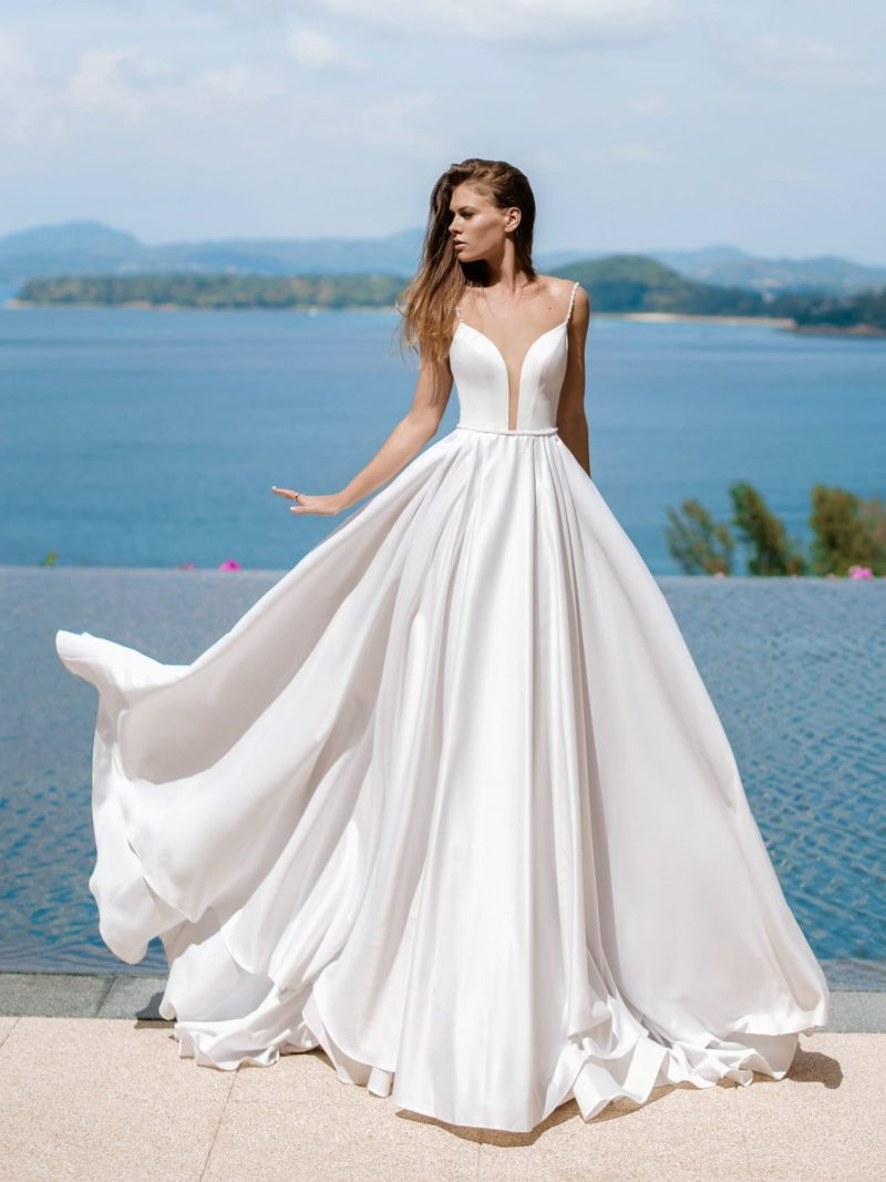 Пышное свадебное платье со шлейфом из белого атласа