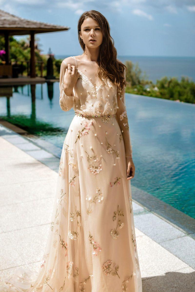 Легкое прозрачное свадебное платье приталенного силуэта