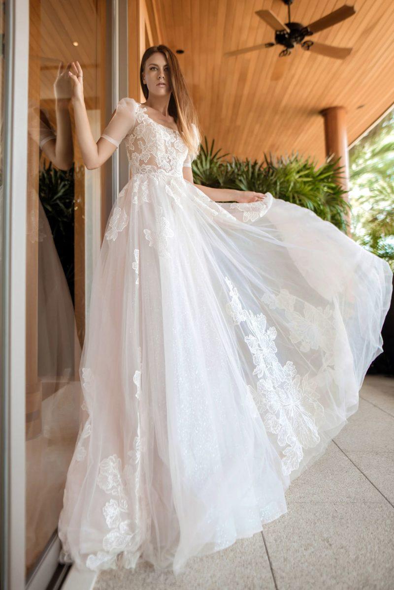 Нежное и легкое свадебное платье с пышной юбкой