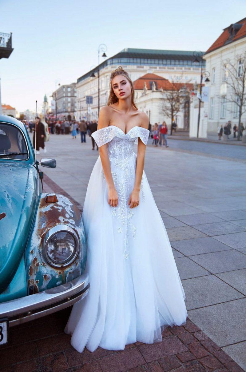 Белоснежное свадебное платье с пышной фатиновой юбкой