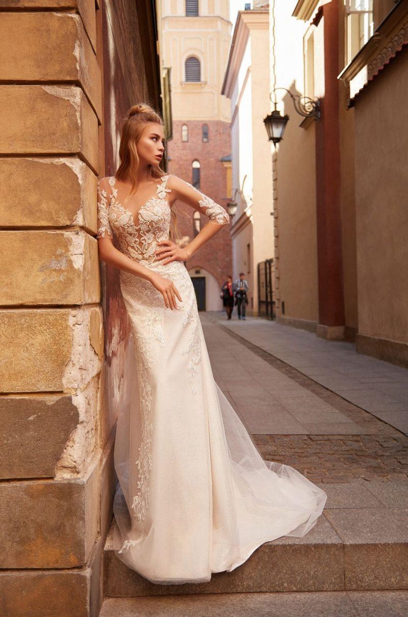 Приталенное свадебное платье с рукавами до локтей