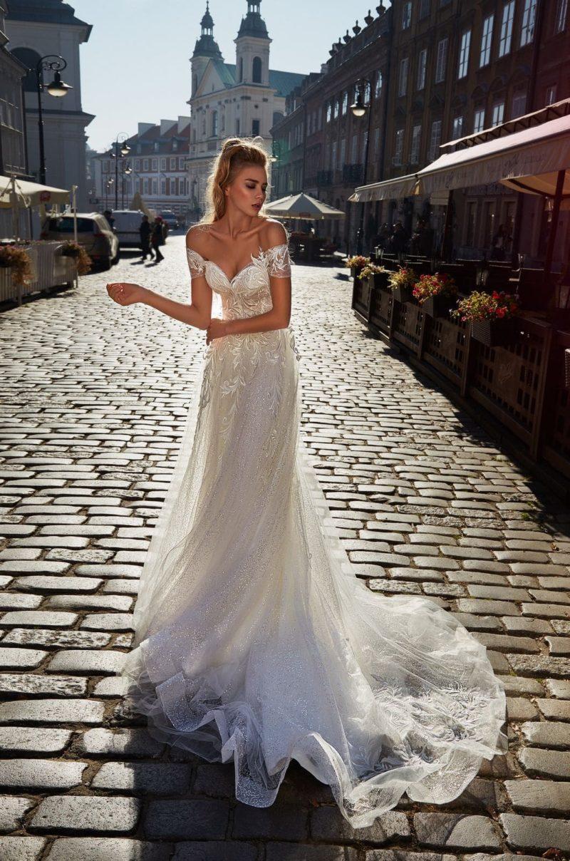 Изысканное мерцающее свадебное платье с воздушной юбкой