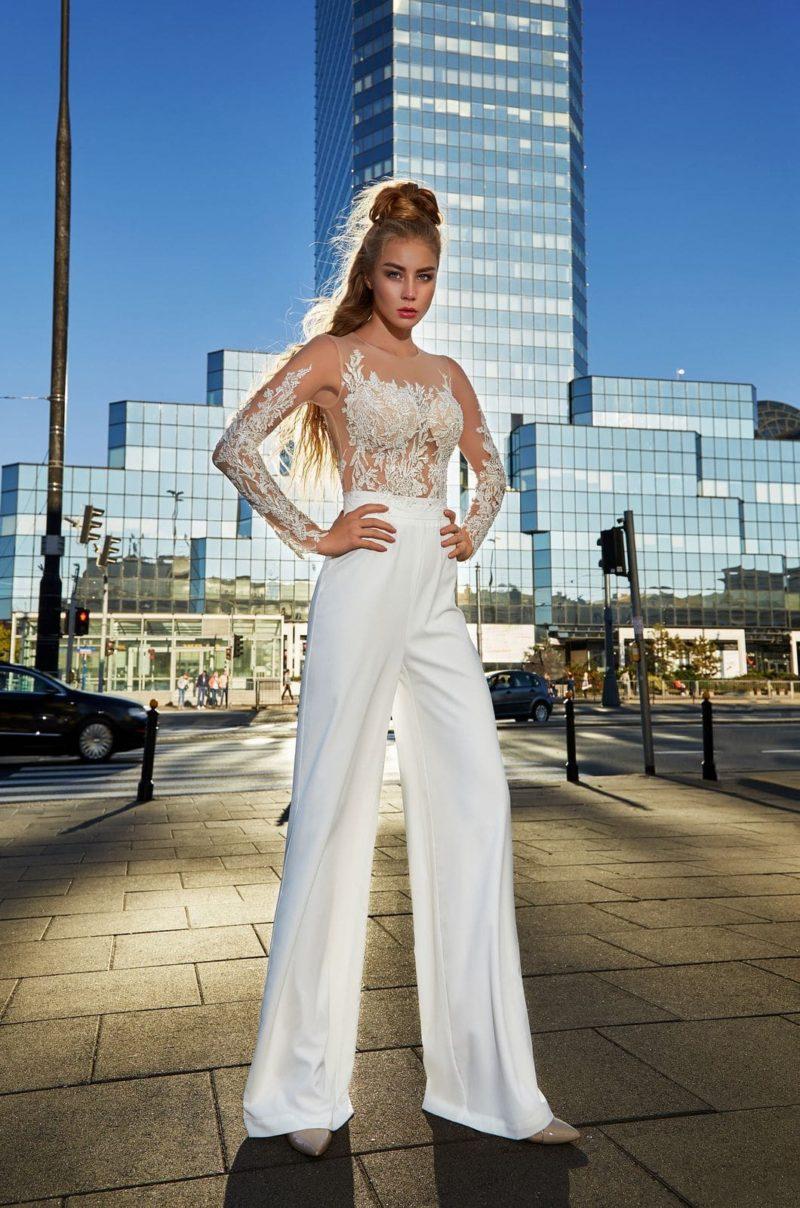 Свадебный костюм светлого оттенка айвори с брюками