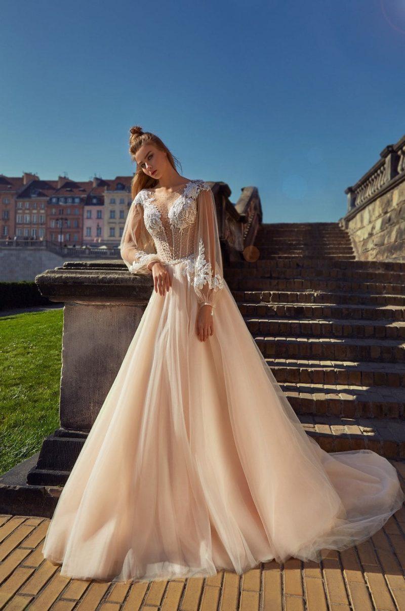 Пышное свадебное платье светлого оттенка капучино