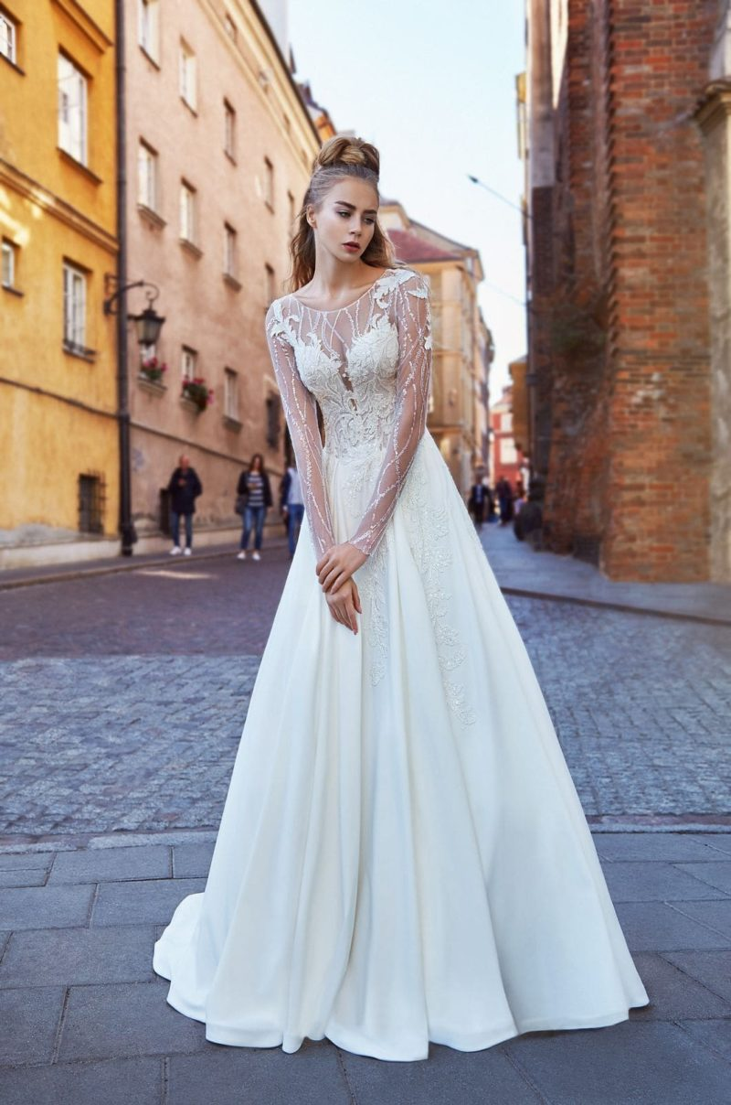Свадебное платье с атласной юбкой и ажурным верхом