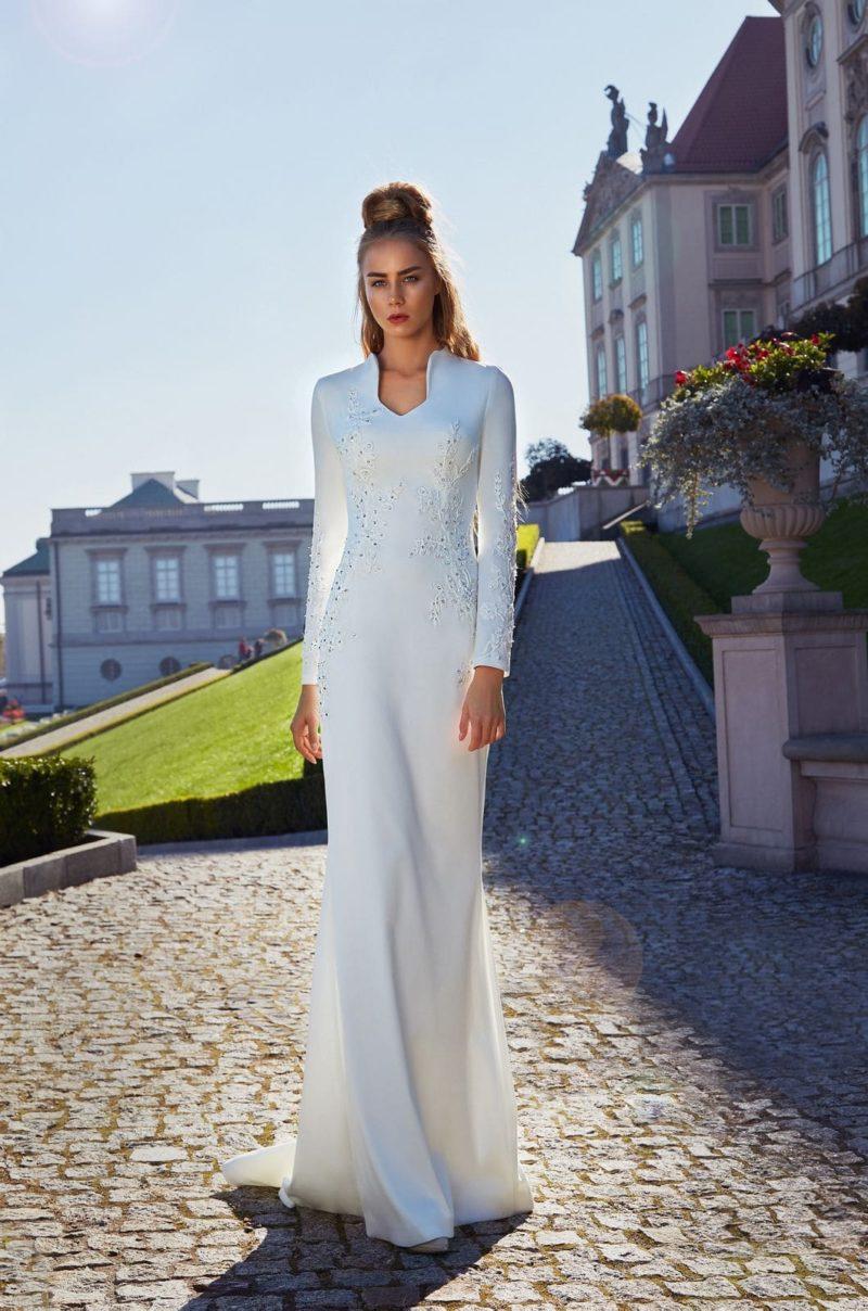 Закрытое свадебное платье прямого кроя