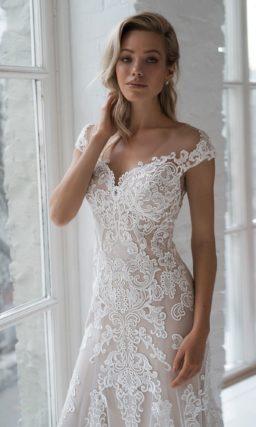 Приталенное кружевное свадебное платье