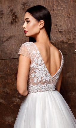 Пышное свадебное платье со шлейфом и ажурным верхом