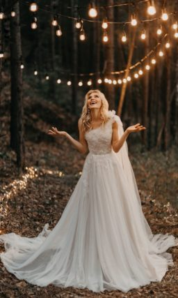 Пышное свадебное платье с асимметричным кроем