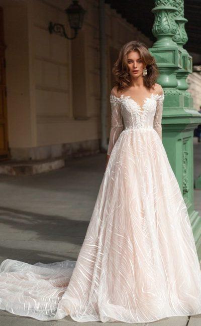 Пышное свадебное платье нежного оттенка