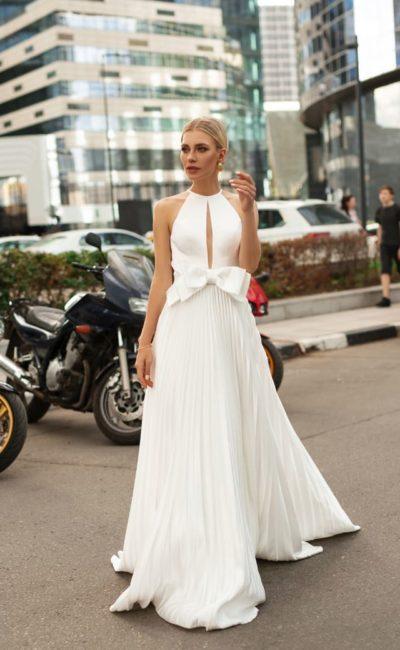 Лаконичное свадебное платье с бантом