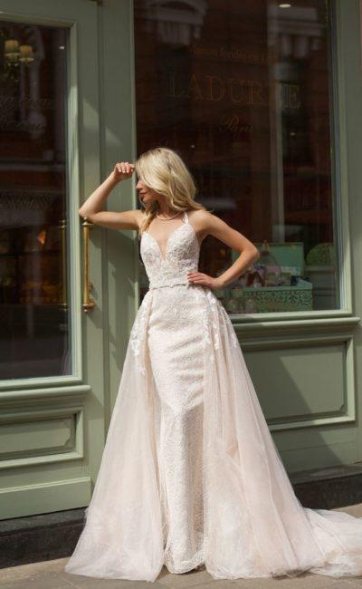 Пышное свадебное платье с верхней юбкой