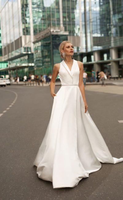минималистичное свадебное платье из белого крепа
