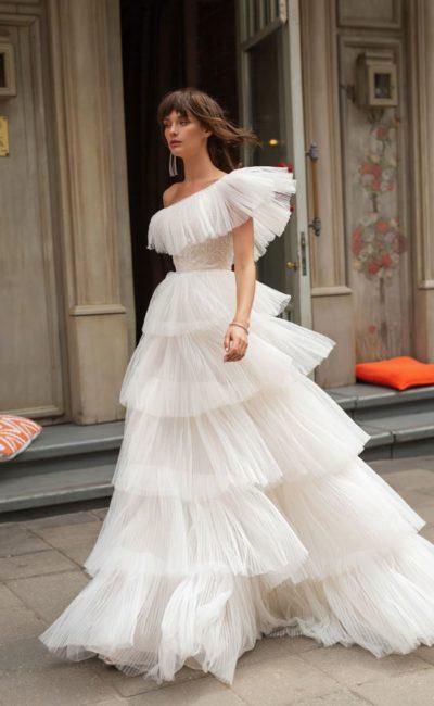свадебное платье с воланами на юбке