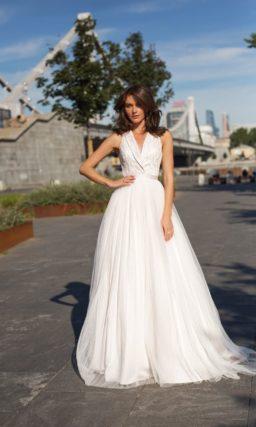 Лаконичное свадебное платье с пышной юбкой