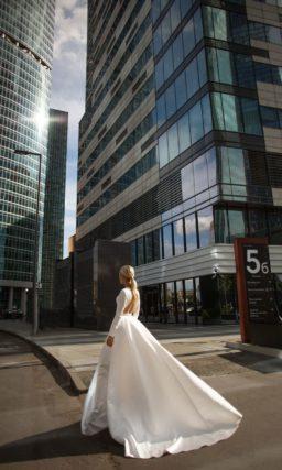 Платье из белого атласа