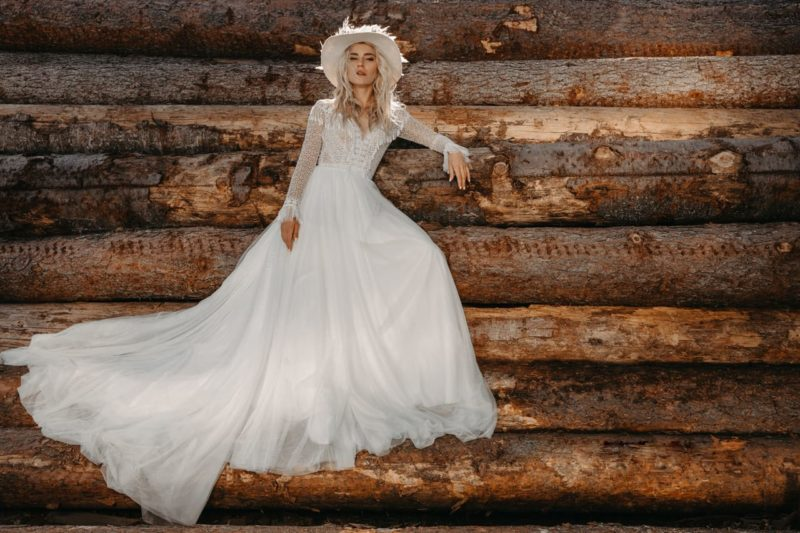 Закрытое свадебное платье с кружевным декором