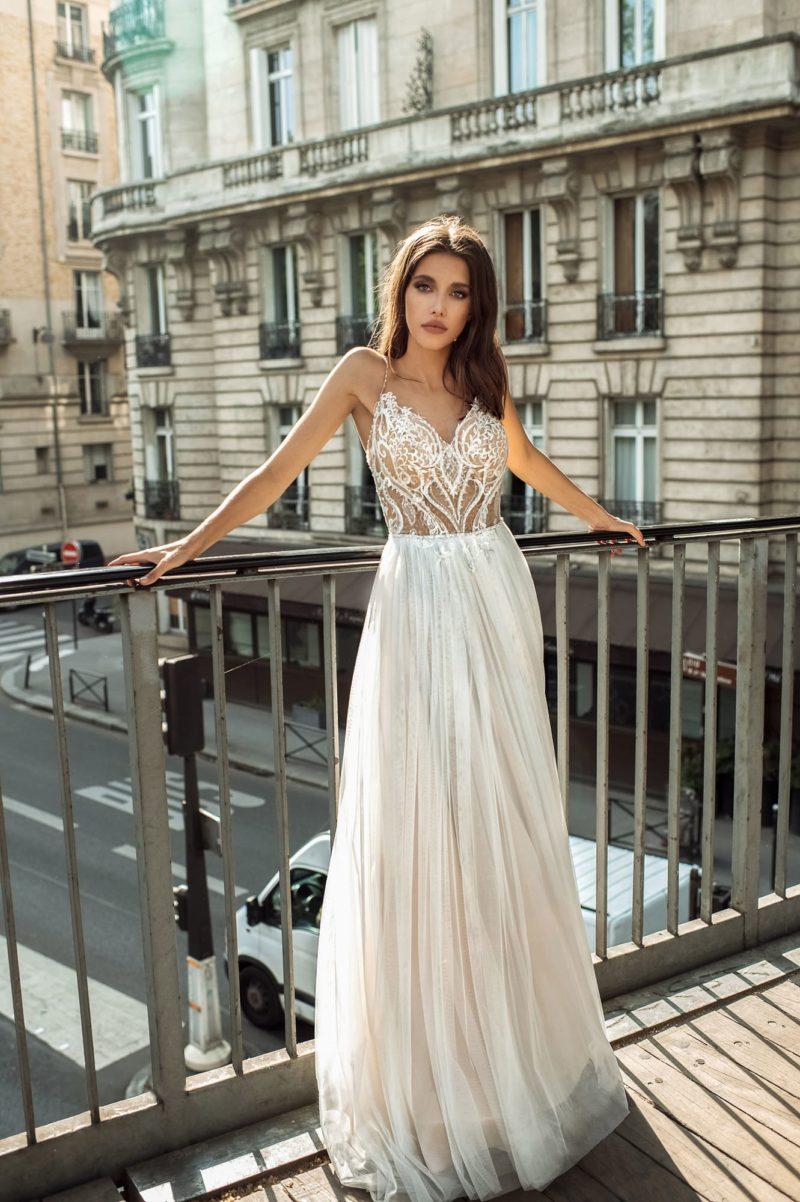 Легкое свадебное платье с отрытым верхом